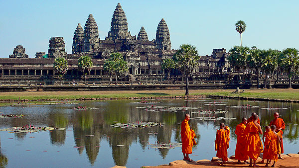 600px-Buddhist_monks_in_front_of_the_Angkor_Wat