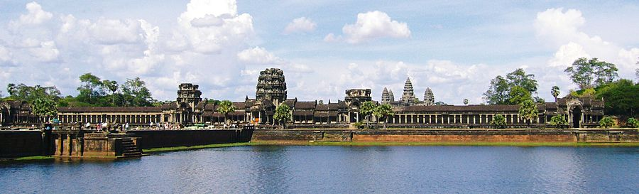 900px-Angkor_Wat_from_moat[1]